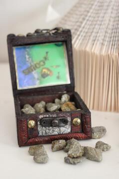 Skattkista med glittriga stenar