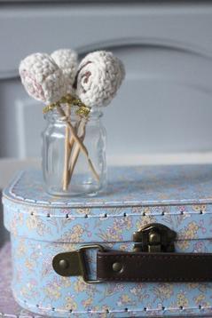Liten blommig ljusblå väska