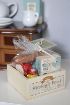 Låda i trä med fylld med mat